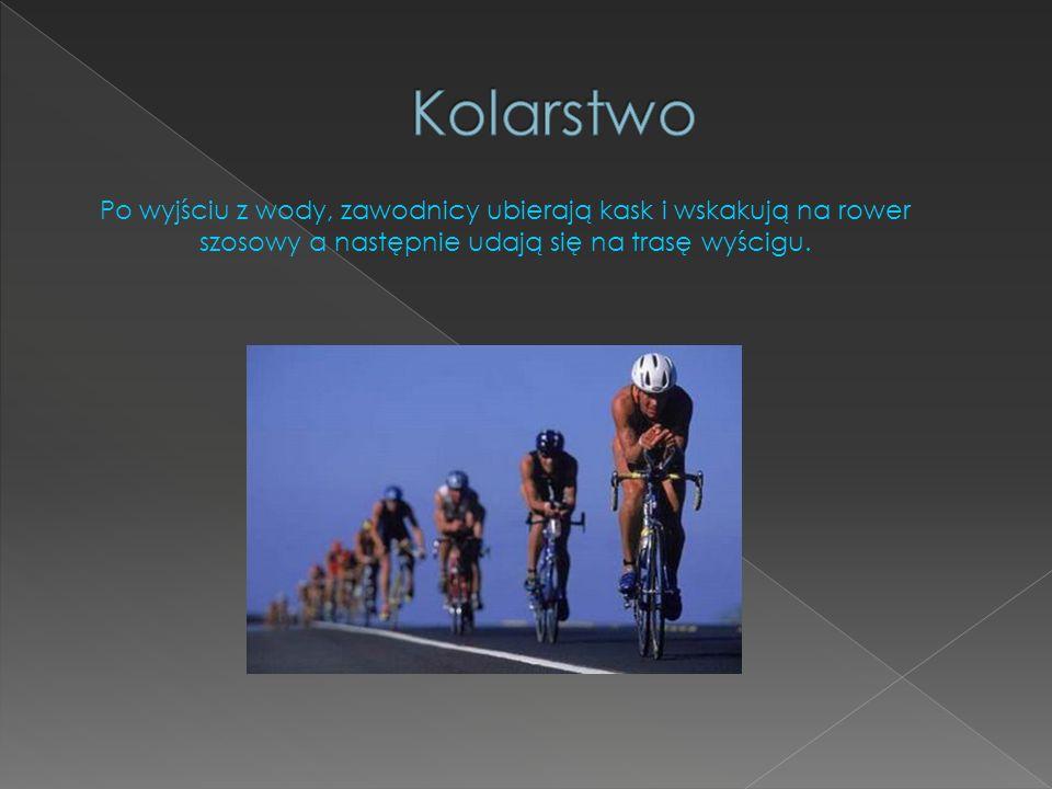 Po wyjściu z wody, zawodnicy ubierają kask i wskakują na rower szosowy a następnie udają się na trasę wyścigu.