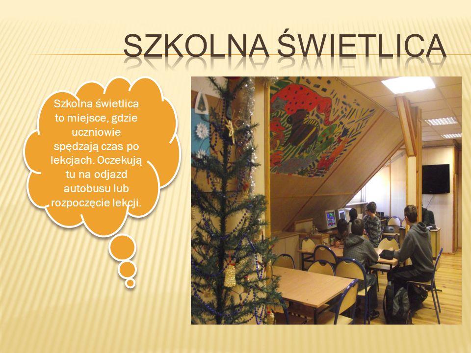 Szkolna świetlica to miejsce, gdzie uczniowie spędzają czas po lekcjach. Oczekują tu na odjazd autobusu lub rozpoczęcie lekcji.