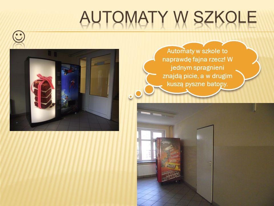 Automaty w szkole to naprawdę fajna rzecz! W jednym spragnieni znajdą picie, a w drugim kuszą pyszne batony.