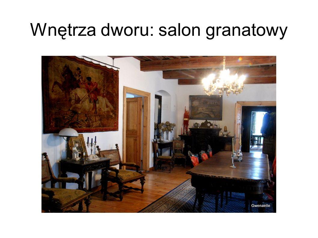 Wnętrza dworu: salon granatowy