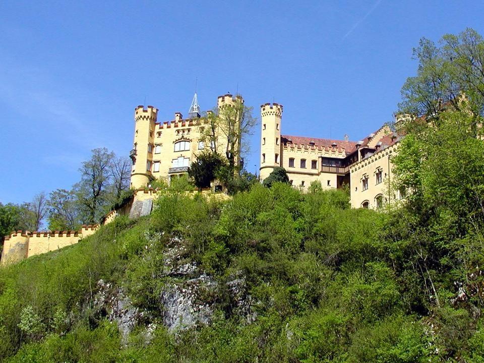 Zamek Hohenschwangau wzniesiony przez króla Maksymiliana II Bawarskiego, położony jest w niemieckiej wiosce Hohenschwangau niedaleko Füssen, w południ