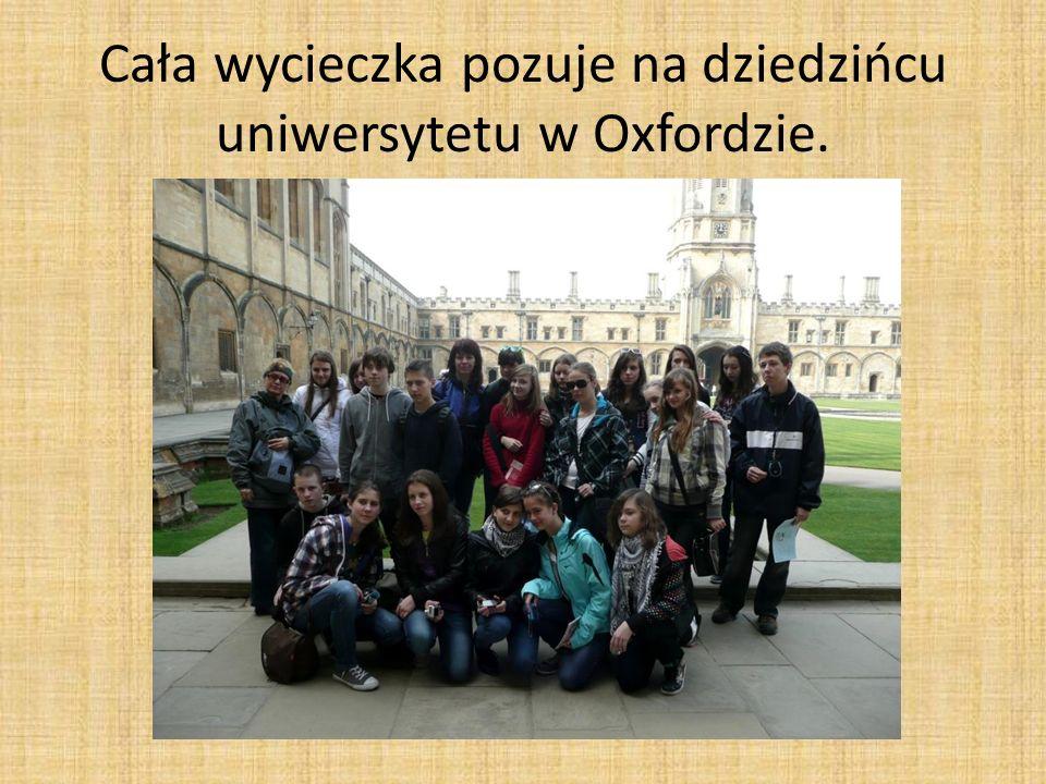 Cała wycieczka pozuje na dziedzińcu uniwersytetu w Oxfordzie.