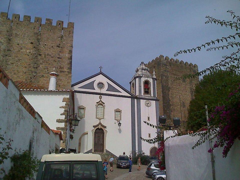 W najwyższym punkcie Óbidos wznosi się przylegający do murów obronnych zamek, który w XVI w. był pałacem królewskim. Zamek przekształcono w elegancki