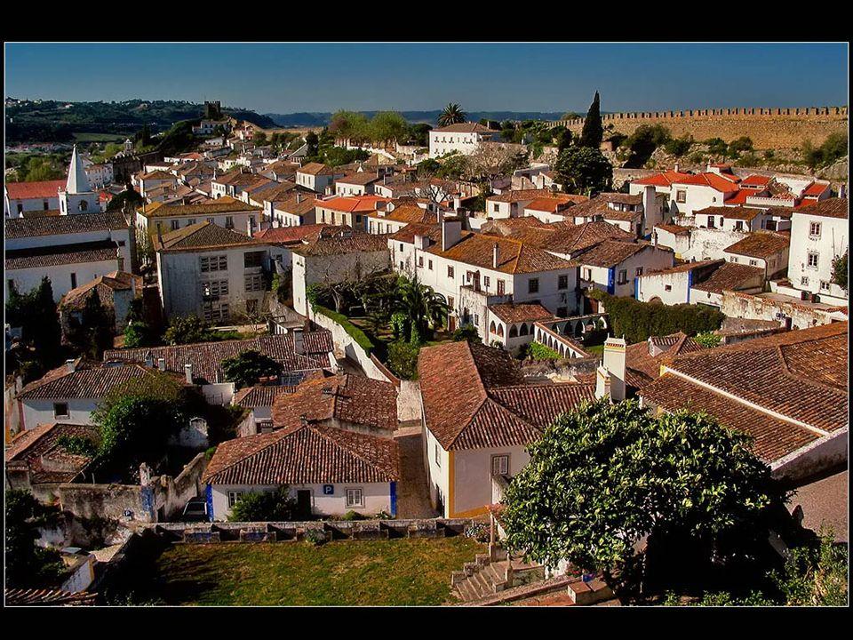 W najwyższym punkcie Óbidos wznosi się przylegający do murów obronnych zamek, który w XVI w.