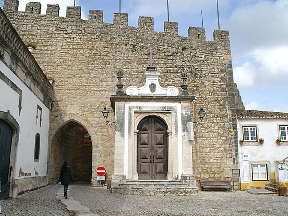Óbidos leży na szczycie wzgórza. Otoczone jest wysokimi, potężnymi murami z XIII w. W mieście nie znajdziemy nowoczesnych budynków. Typowe są wąskie m