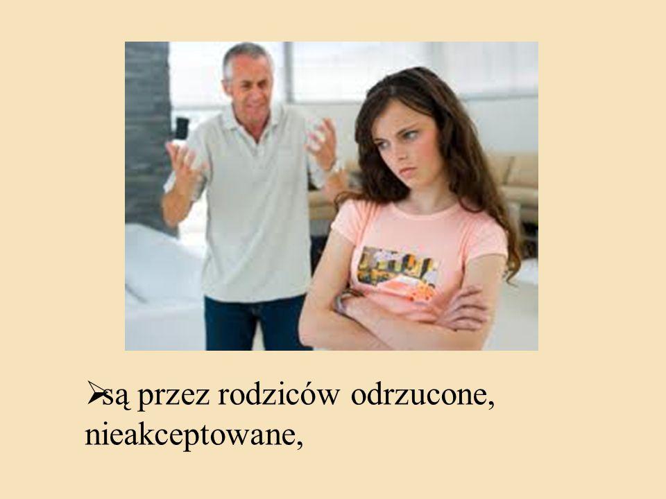 są przez rodziców odrzucone, nieakceptowane,