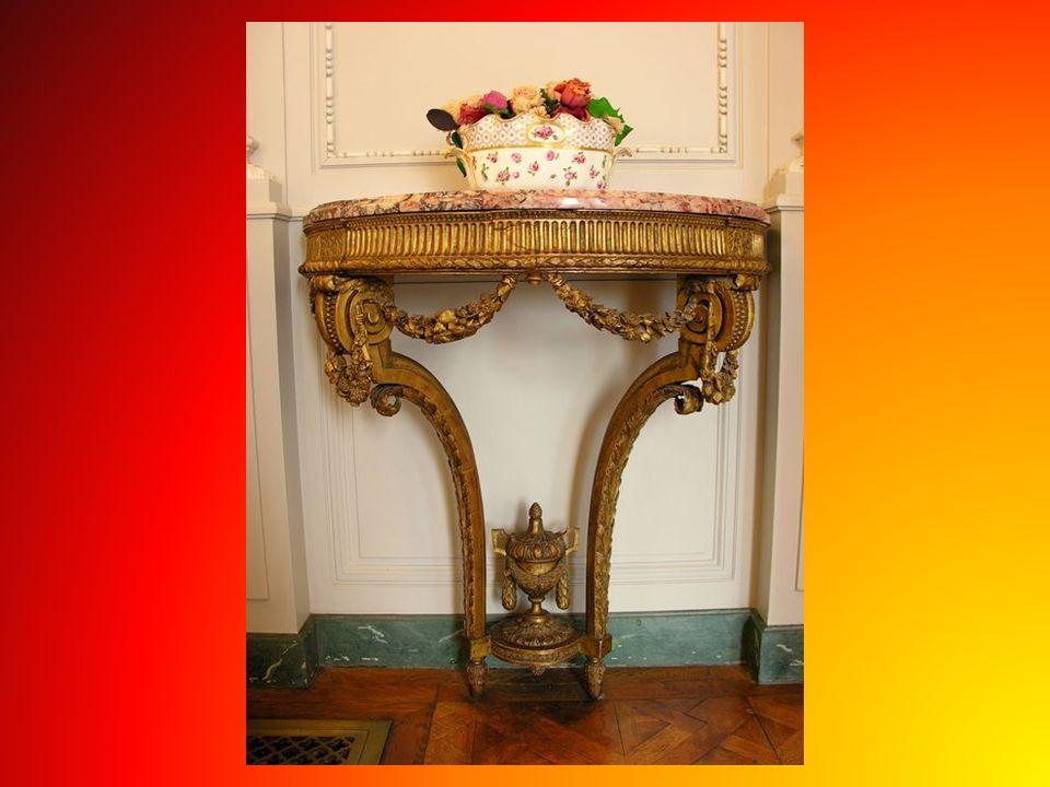 Wszystko dobrane perfekcyjnie, w salonie krzesła z oparciem w kształcie liry, natomiast serwis w motywy muzyczne, w każdym więc calu pełna harmonia i