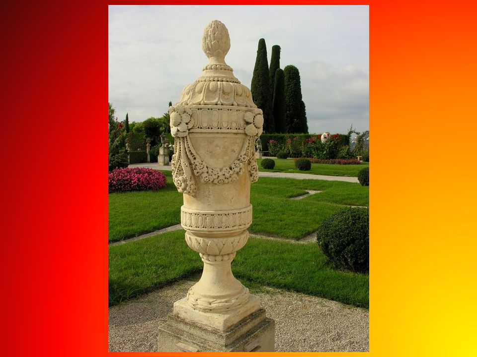 Za czasów Beatrice Rothschild uwijało się tutaj 35 ogrodników, wyglądali kolorowo, na głowach nosili fantazyjne berety z czerwonymi pomponami, byli wi