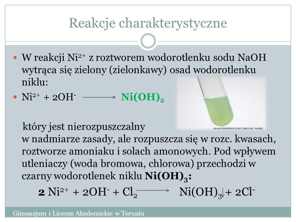 Reakcje charakterystyczne W reakcji Ni 2+ z roztworem wodorotlenku sodu NaOH wytrąca się zielony (zielonkawy) osad wodorotlenku niklu: Ni 2+ + 2OH - Ni(OH) 2 który jest nierozpuszczalny w nadmiarze zasady, ale rozpuszcza się w rozc.