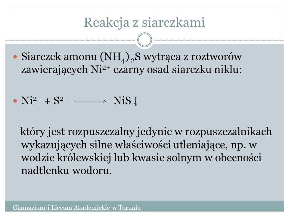 Reakcja z siarczkami Siarczek amonu (NH 4 ) 2 S wytrąca z roztworów zawierających Ni 2+ czarny osad siarczku niklu: Ni 2+ + S 2- NiS który jest rozpuszczalny jedynie w rozpuszczalnikach wykazujących silne właściwości utleniające, np.