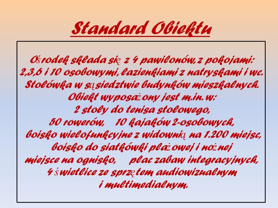 Standard Obiektu O ś rodek składa si ę z 4 pawilonów, z pokojami: 2,3,6 i 10 osobowymi, łazienkiami z natryskami i wc. Stołówka w s ą siedztwie budynk