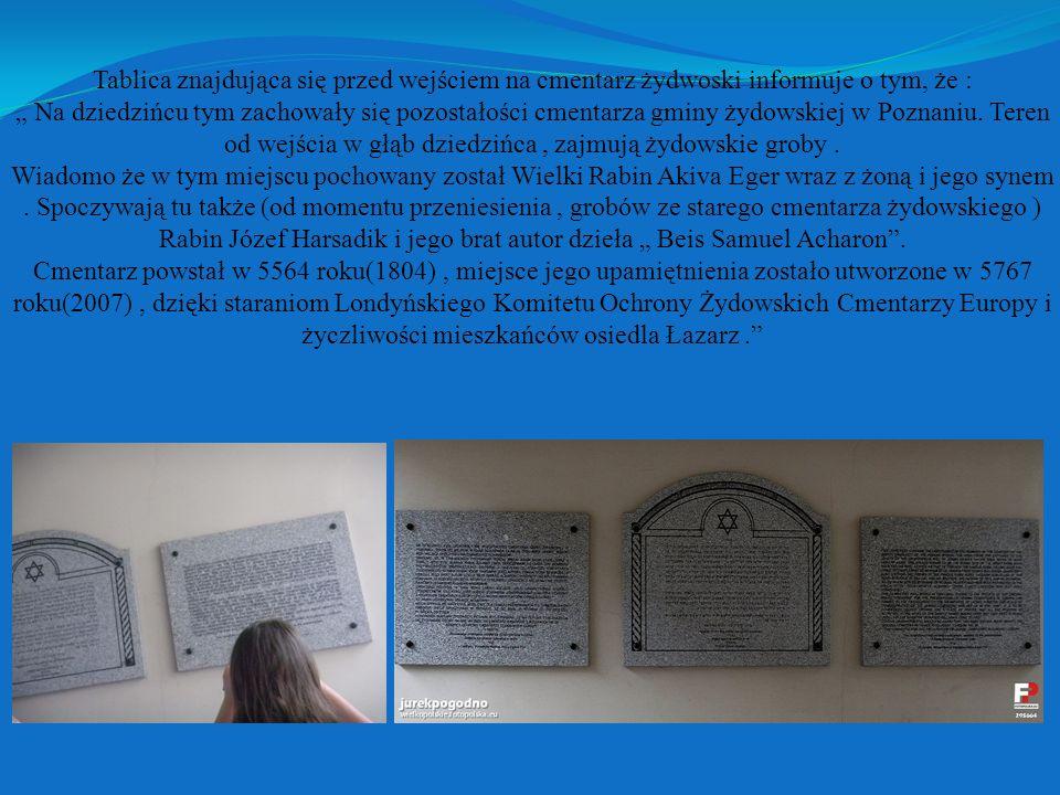 Tablica znajdująca się przed wejściem na cmentarz żydwoski informuje o tym, że : Na dziedzińcu tym zachowały się pozostałości cmentarza gminy żydowskiej w Poznaniu.