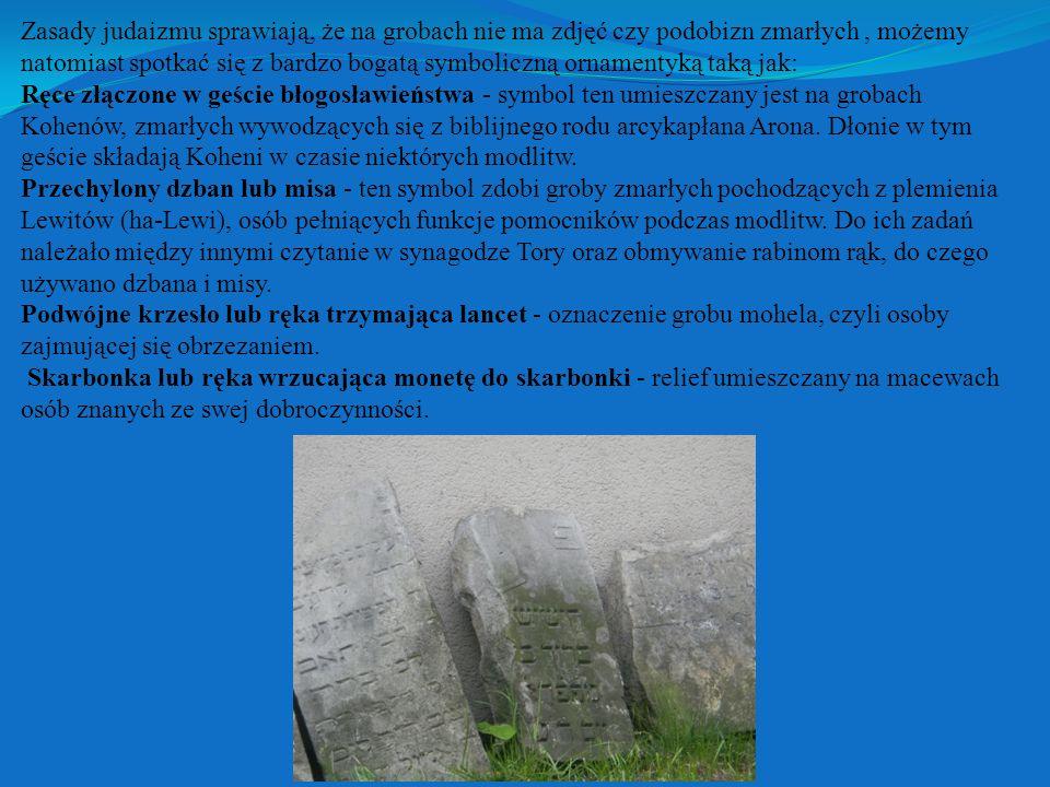 Zasady judaizmu sprawiają, że na grobach nie ma zdjęć czy podobizn zmarłych, możemy natomiast spotkać się z bardzo bogatą symboliczną ornamentyką taką jak: Ręce złączone w geście błogosławieństwa - symbol ten umieszczany jest na grobach Kohenów, zmarłych wywodzących się z biblijnego rodu arcykapłana Arona.