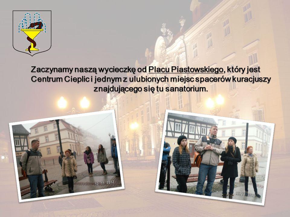 Zaczynamy naszą wycieczkę od Placu Piastowskiego, który jest Centrum Cieplic i jednym z ulubionych miejsc spacerów kuracjuszy znajdującego się tu sana