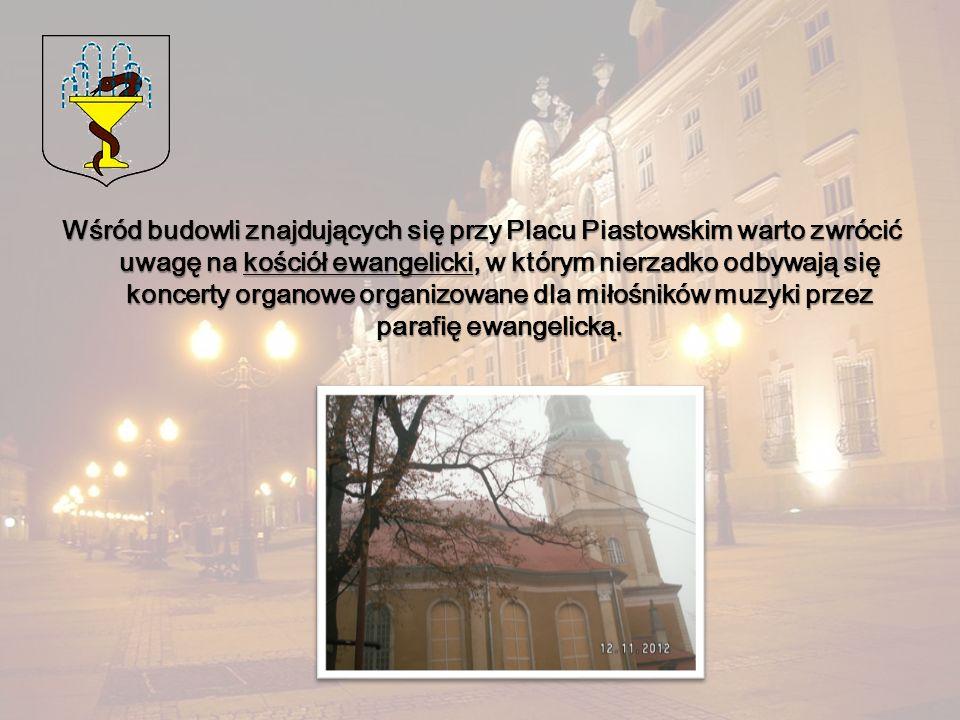 Wśród budowli znajdujących się przy Placu Piastowskim warto zwrócić uwagę na kościół ewangelicki, w którym nierzadko odbywają się koncerty organowe or