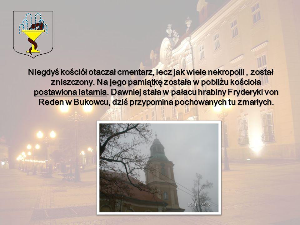 Niegdyś kościół otaczał cmentarz, lecz jak wiele nekropolii, został zniszczony. Na jego pamiątkę została w pobliżu kościoła postawiona latarnia. Dawni