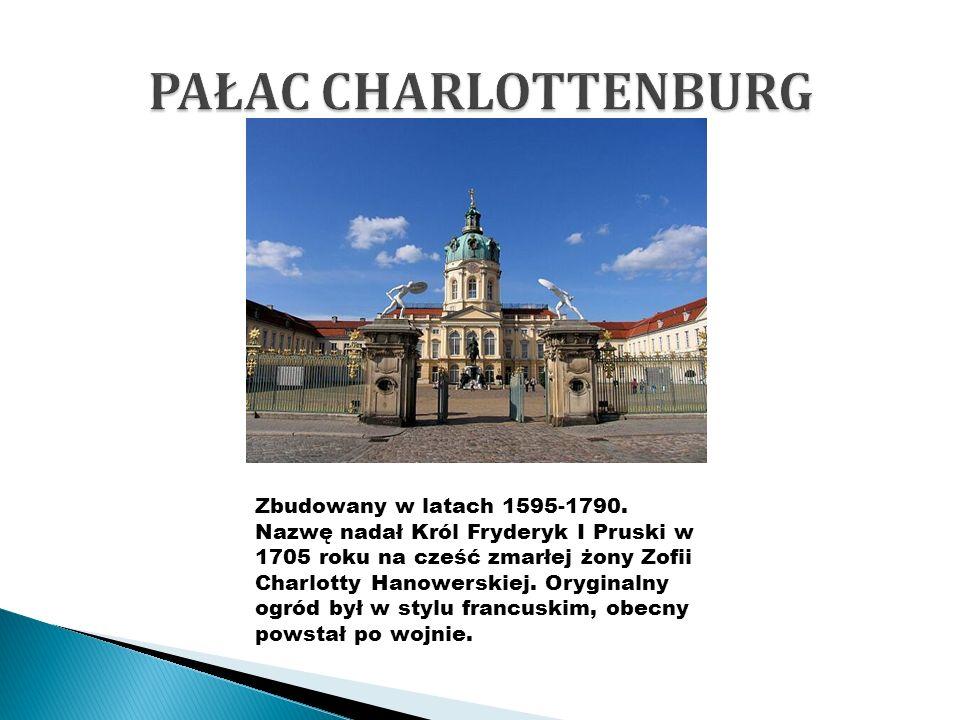 Zbudowany w latach 1595-1790. Nazwę nadał Król Fryderyk I Pruski w 1705 roku na cześć zmarłej żony Zofii Charlotty Hanowerskiej. Oryginalny ogród był