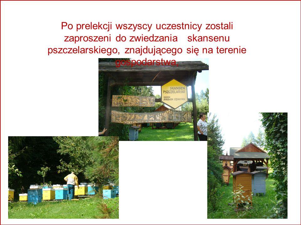 ` Po prelekcji wszyscy uczestnicy zostali zaproszeni do zwiedzania skansenu pszczelarskiego, znajdującego się na terenie gospodarstwa,