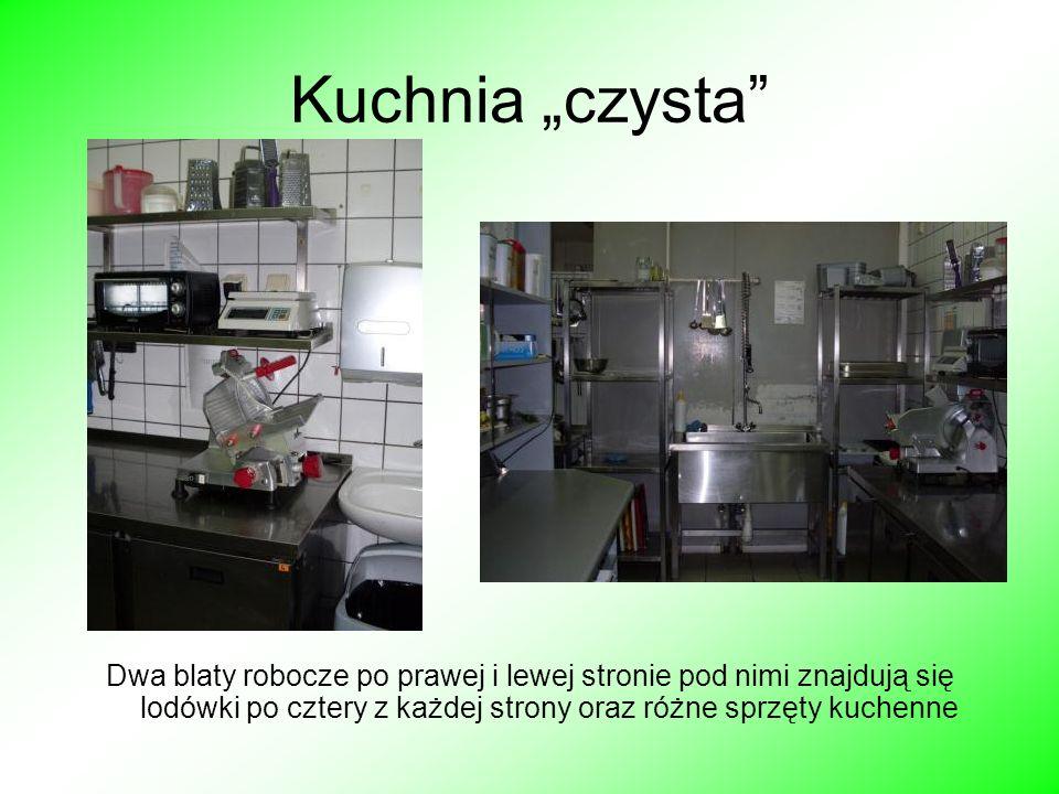Kuchnia czysta Dwa blaty robocze po prawej i lewej stronie pod nimi znajdują się lodówki po cztery z każdej strony oraz różne sprzęty kuchenne
