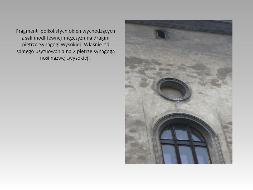Fragment półkolistych okien wychodzących z sali modlitewnej mężczyzn na drugim piętrze Synagogi Wysokiej. Właśnie od samego usytuowania na 2 piętrze s