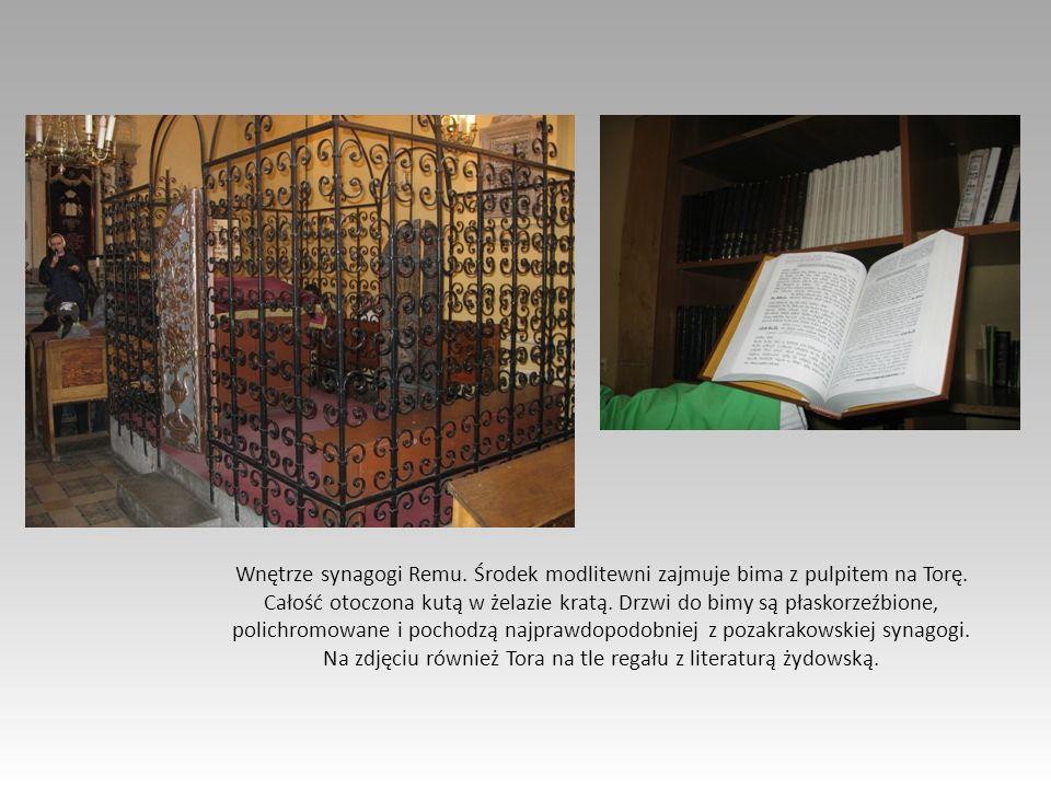 Wnętrze synagogi Remu. Środek modlitewni zajmuje bima z pulpitem na Torę. Całość otoczona kutą w żelazie kratą. Drzwi do bimy są płaskorzeźbione, poli