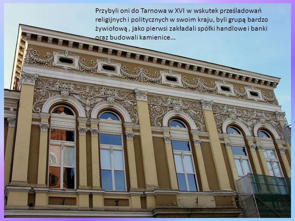 Spacerkiem ulicą Wałową proponuję unieść odrobinę głowę aby spojrzeć na mijane kamieniczki, szlak tarnowskiego Renesansu nie wymaga długiej wędrówki,