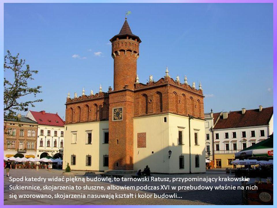 Tuż obok, a jest to dokładnie najwyższy punkt Tarnowa, usytuowany jest pomnik naszego Wielkiego rodaka, Jana Pawła II, stanął on jako pierwszy w Polsc