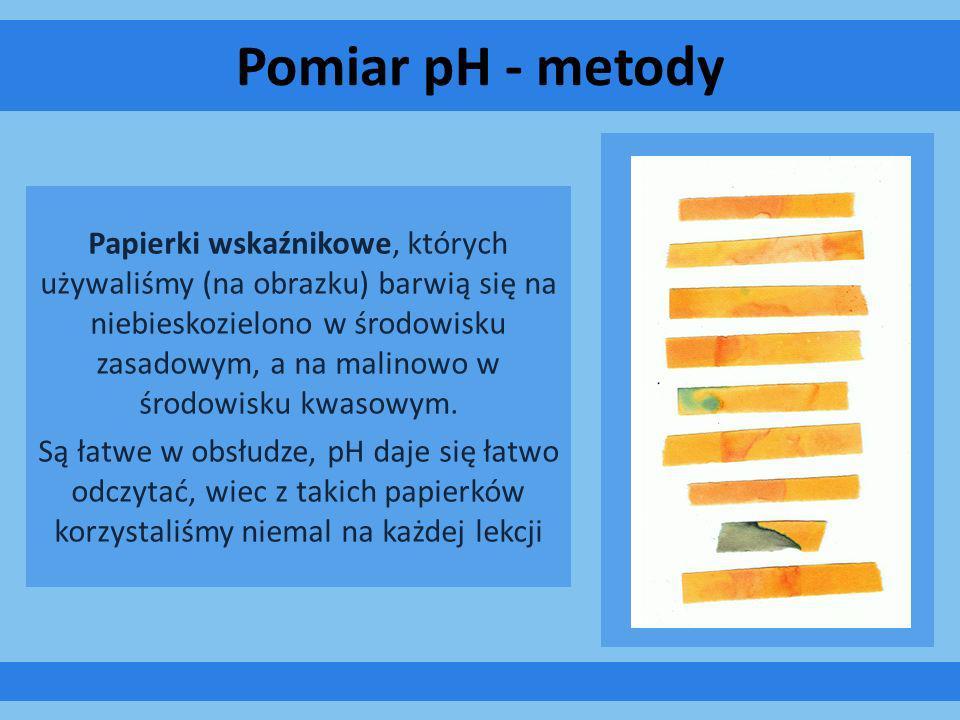 Pomiar pH - metody Papierki wskaźnikowe, których używaliśmy (na obrazku) barwią się na niebieskozielono w środowisku zasadowym, a na malinowo w środow