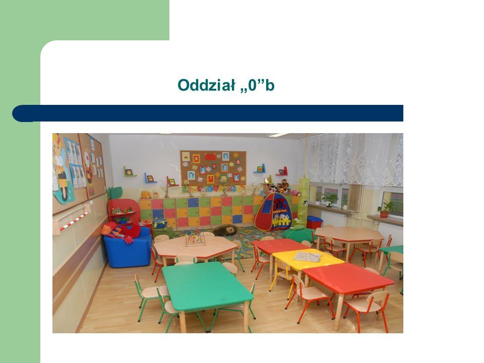 Informacja o oddziałach przedszkolnych w SP80 Baza szkoły dostosowana jest do standardów dla oddziałów przedszkolnych, w tym: Posiadamy 2 sale zajęć o powierzchni 50m².