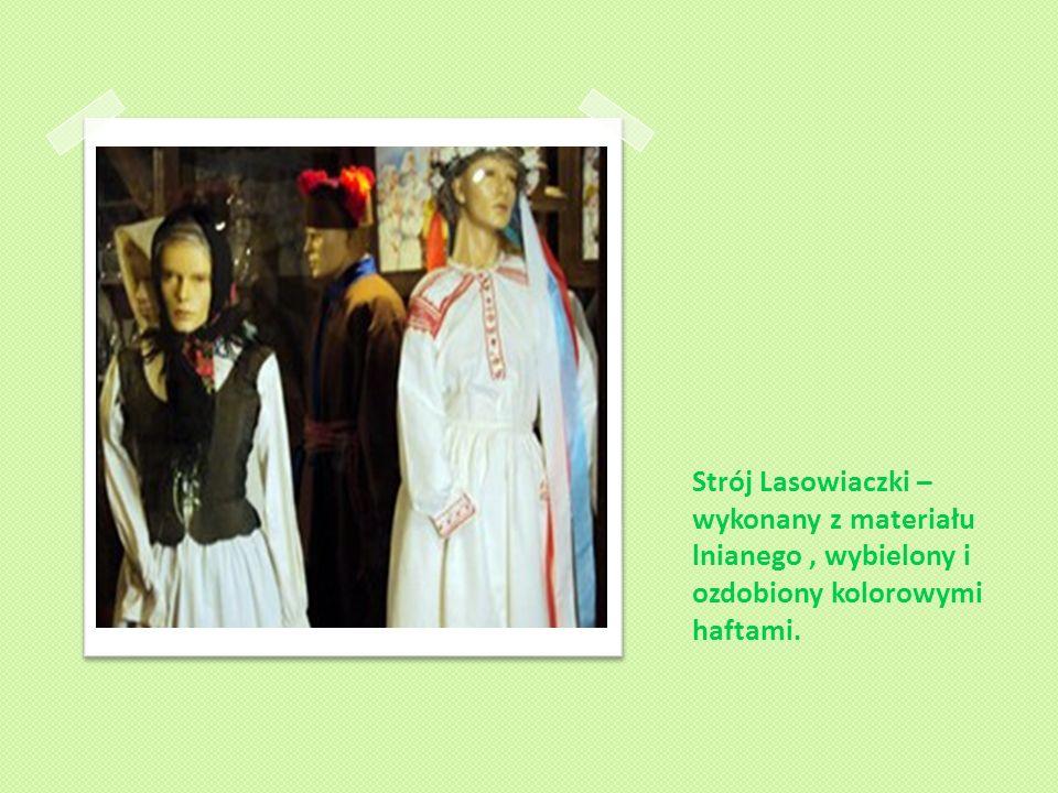 Strój Lasowiaczki – wykonany z materiału lnianego, wybielony i ozdobiony kolorowymi haftami.