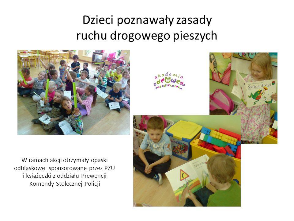 Dzieci poznawały zasady ruchu drogowego pieszych W ramach akcji otrzymały opaski odblaskowe sponsorowane przez PZU i książeczki z oddziału Prewencji K