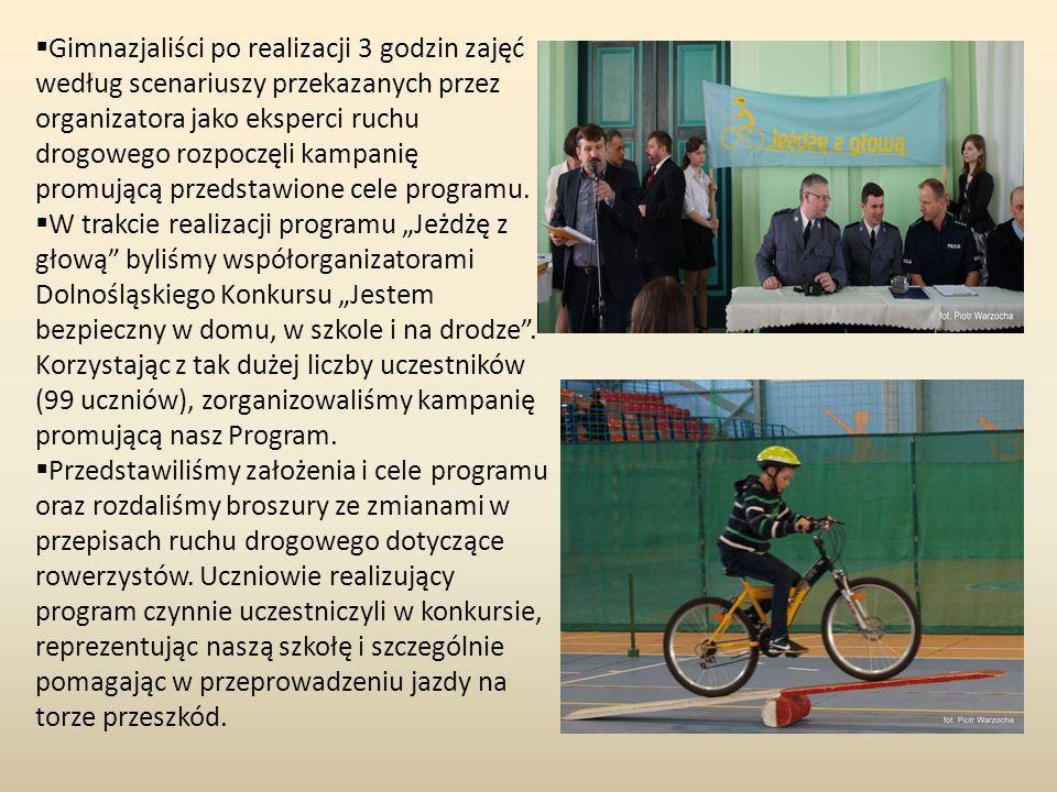 Młodzi gimnazjaliści sprawdzili swoją wiedzę, dotyczącą przepisów drogowych dla rowerzystów, rozwiązując test edukacyjny.
