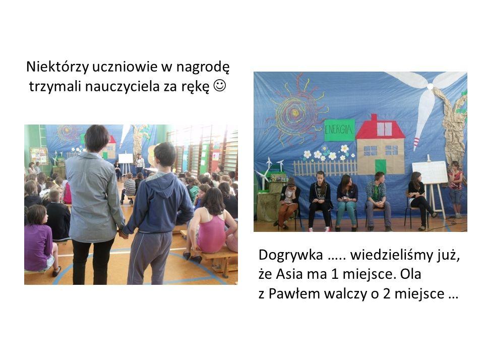 Niektórzy uczniowie w nagrodę trzymali nauczyciela za rękę Dogrywka …..