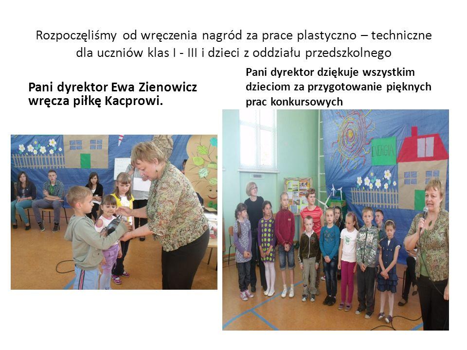 Rozpoczęliśmy od wręczenia nagród za prace plastyczno – techniczne dla uczniów klas I - III i dzieci z oddziału przedszkolnego Pani dyrektor Ewa Zienowicz wręcza piłkę Kacprowi.