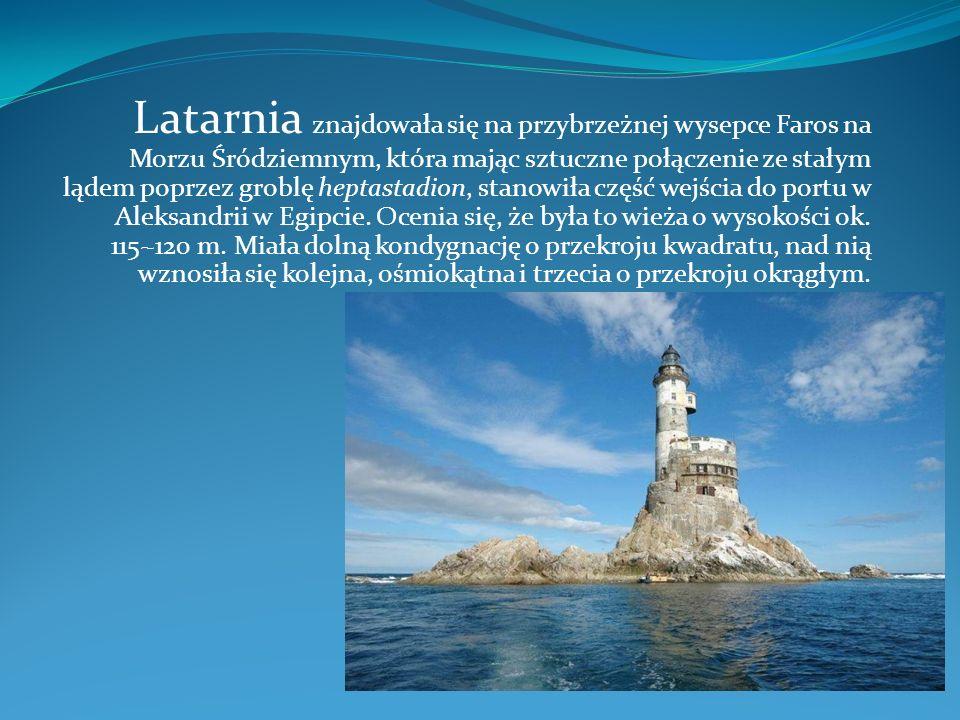 Latarnia znajdowała się na przybrzeżnej wysepce Faros na Morzu Śródziemnym, która mając sztuczne połączenie ze stałym lądem poprzez groblę heptastadio