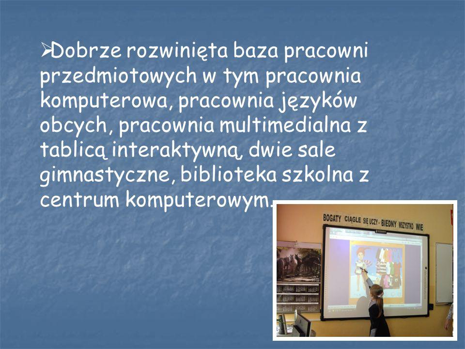 Dobrze rozwinięta baza pracowni przedmiotowych w tym pracownia komputerowa, pracownia języków obcych, pracownia multimedialna z tablicą interaktywną,