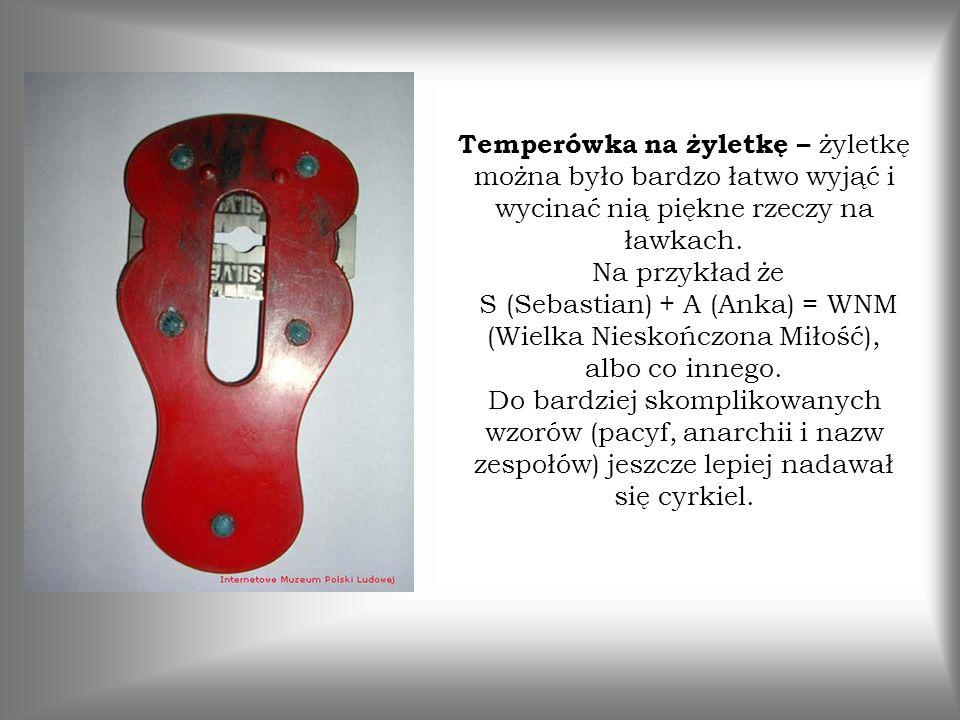 Temperówka na żyletkę – żyletkę można było bardzo łatwo wyjąć i wycinać nią piękne rzeczy na ławkach. Na przykład że S (Sebastian) + A (Anka) = WNM (W