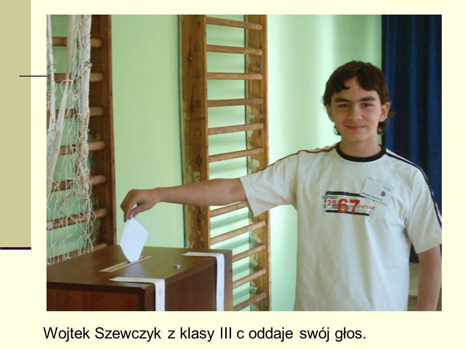Wojtek Szewczyk z klasy III c oddaje swój głos.