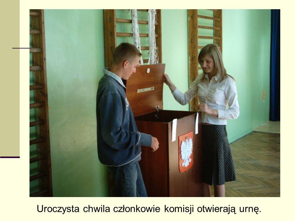 Uroczysta chwila członkowie komisji otwierają urnę.