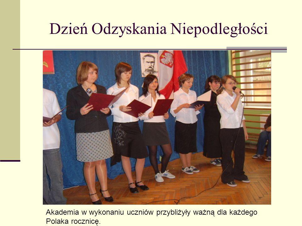 Dzień Odzyskania Niepodległości Akademia w wykonaniu uczniów przybliżyły ważną dla każdego Polaka rocznicę.