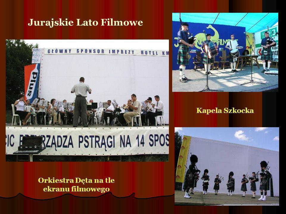 Kapela Szkocka Orkiestra Dęta na tle ekranu filmowego Jurajskie Lato Filmowe