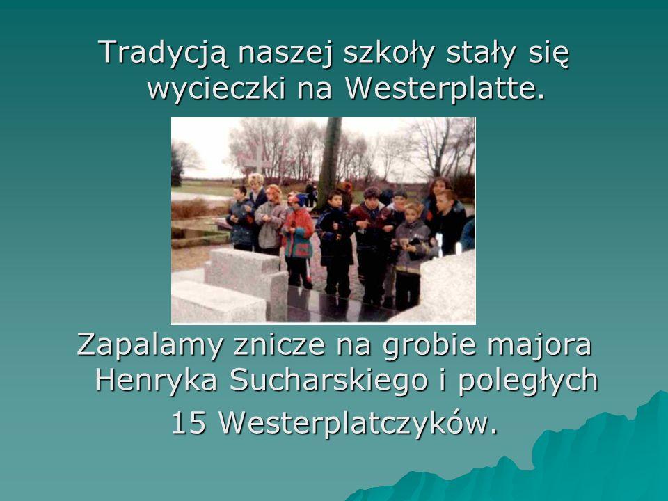 Tradycją naszej szkoły stały się wycieczki na Westerplatte. Zapalamy znicze na grobie majora Henryka Sucharskiego i poległych 15 Westerplatczyków.