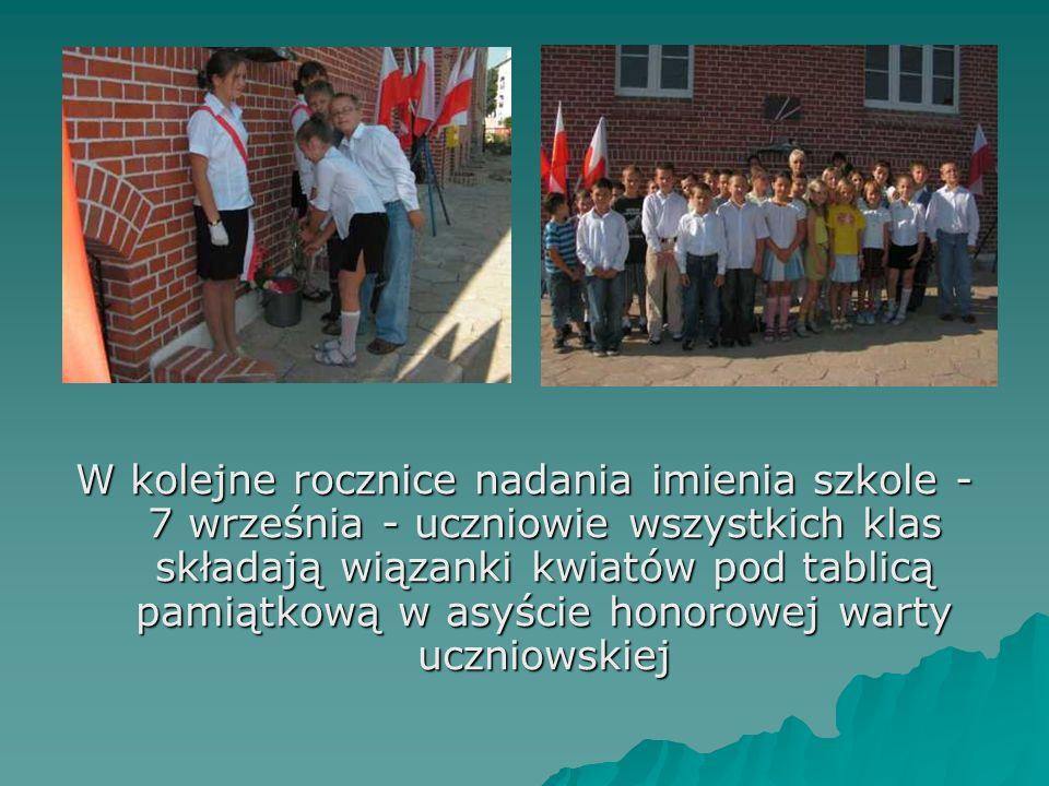 W kolejne rocznice nadania imienia szkole - 7 września - uczniowie wszystkich klas składają wiązanki kwiatów pod tablicą pamiątkową w asyście honorowe