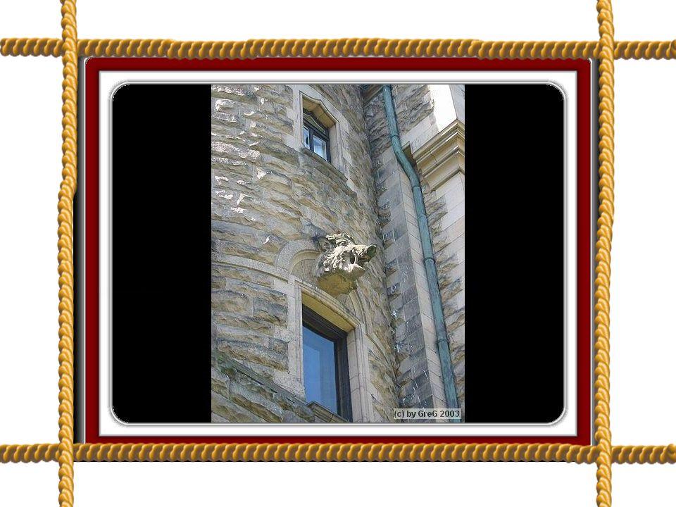 . Do ogrodu wychodzimy przez taras, którego strzegą dwa groźne lwy Warto przystanąć na schodach i przyjrzeć się balkonom, wieżyczkom, rynnom.Poukrywały się w nich kamienne żaby, sowy, małpki i dziki.
