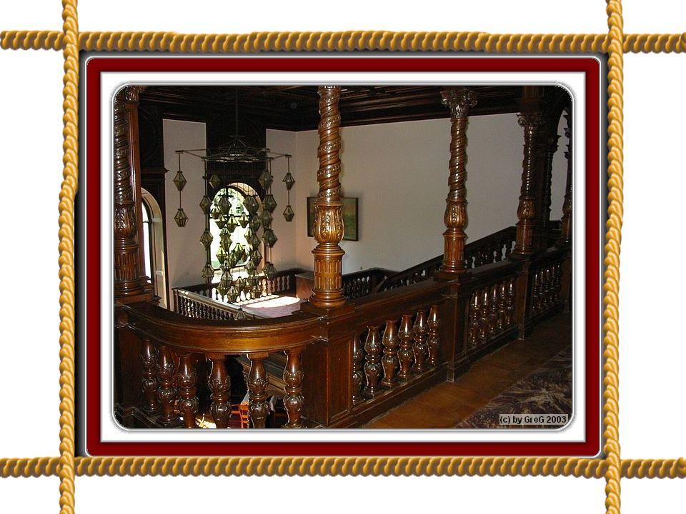 Misternie zdobionymi schodami z drzewa sandałowego przechodzimy nad kawiarnią z największym kominkiem w zamku, by wejść do sali balowej ze szklanym sufitem, w której mieści się galeria sztuki (obecna biblioteka-dziś jest tu czytelnia dla kuracjuszy),.