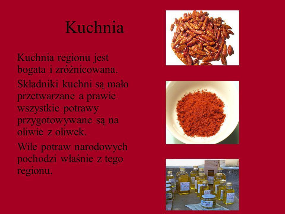 Kuchnia Kuchnia regionu jest bogata i zróżnicowana. Składniki kuchni są mało przetwarzane a prawie wszystkie potrawy przygotowywane są na oliwie z oli