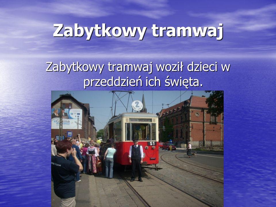 Zabytkowy tramwaj Zabytkowy tramwaj woził dzieci w przeddzień ich święta.