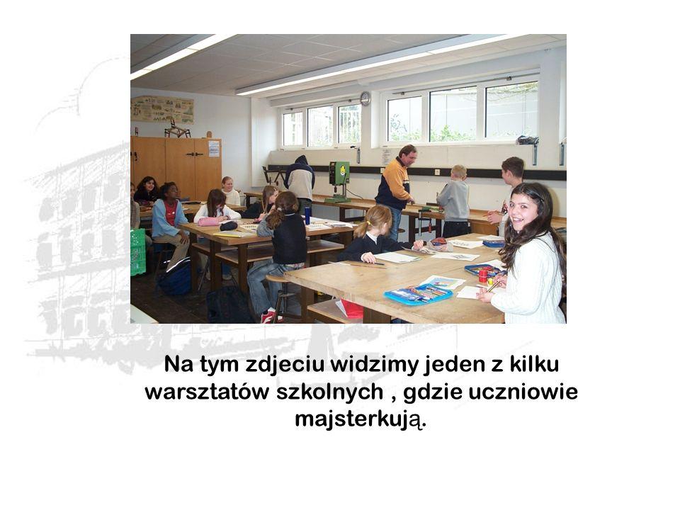 Na tym zdjeciu widzimy jeden z kilku warsztatów szkolnych, gdzie uczniowie majsterkuj ą.