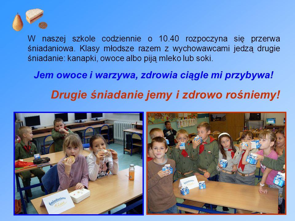 W naszej szkole codziennie o 10.40 rozpoczyna się przerwa śniadaniowa. Klasy młodsze razem z wychowawcami jedzą drugie śniadanie: kanapki, owoce albo