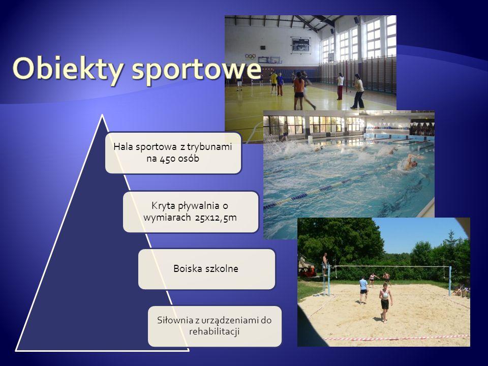 Hala sportowa z trybunami na 450 osób Kryta pływalnia o wymiarach 25x12,5m Boiska szkolne Siłownia z urządzeniami do rehabilitacji